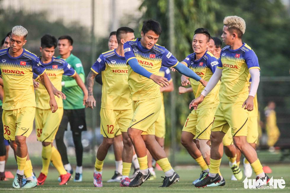 Xem tuyển Việt Nam sảng khoái trong buổi tập đầu tiên chờ đấu Malaysia - Ảnh 6.