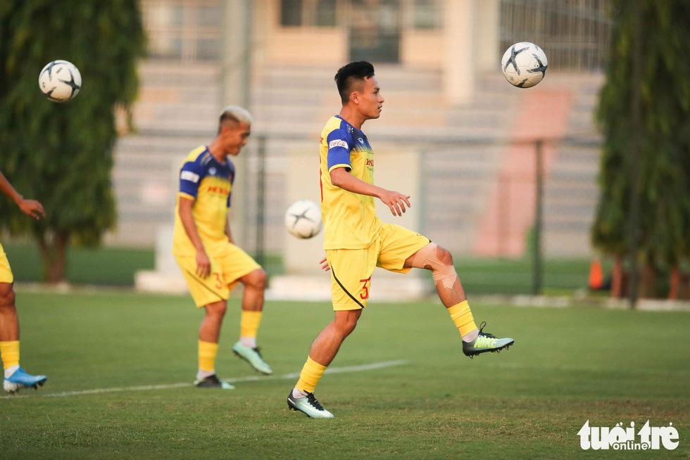 Xem tuyển Việt Nam sảng khoái trong buổi tập đầu tiên chờ đấu Malaysia - Ảnh 8.