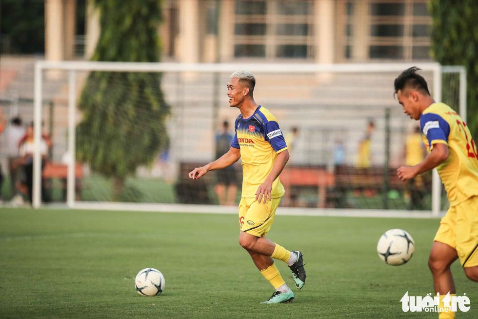 Xem tuyển Việt Nam sảng khoái trong buổi tập đầu tiên chờ đấu Malaysia - Ảnh 9.