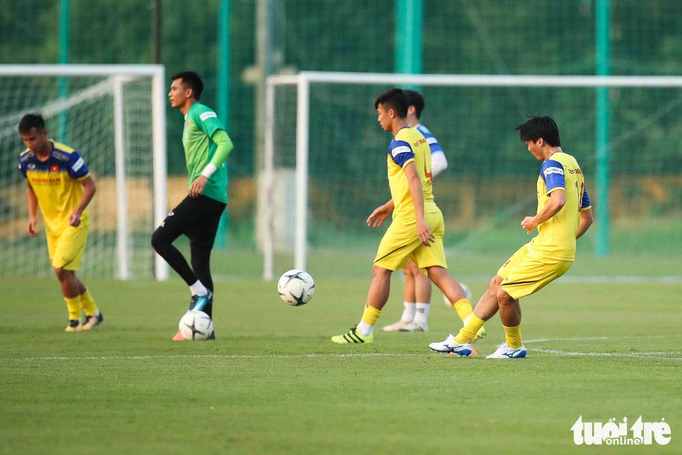 Xem tuyển Việt Nam sảng khoái trong buổi tập đầu tiên chờ đấu Malaysia - Ảnh 10.