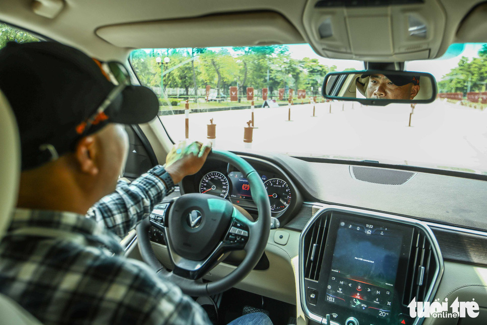 Người dân Hà Nội lái thử 'xế sang' VinFast Lux - Ảnh 8.