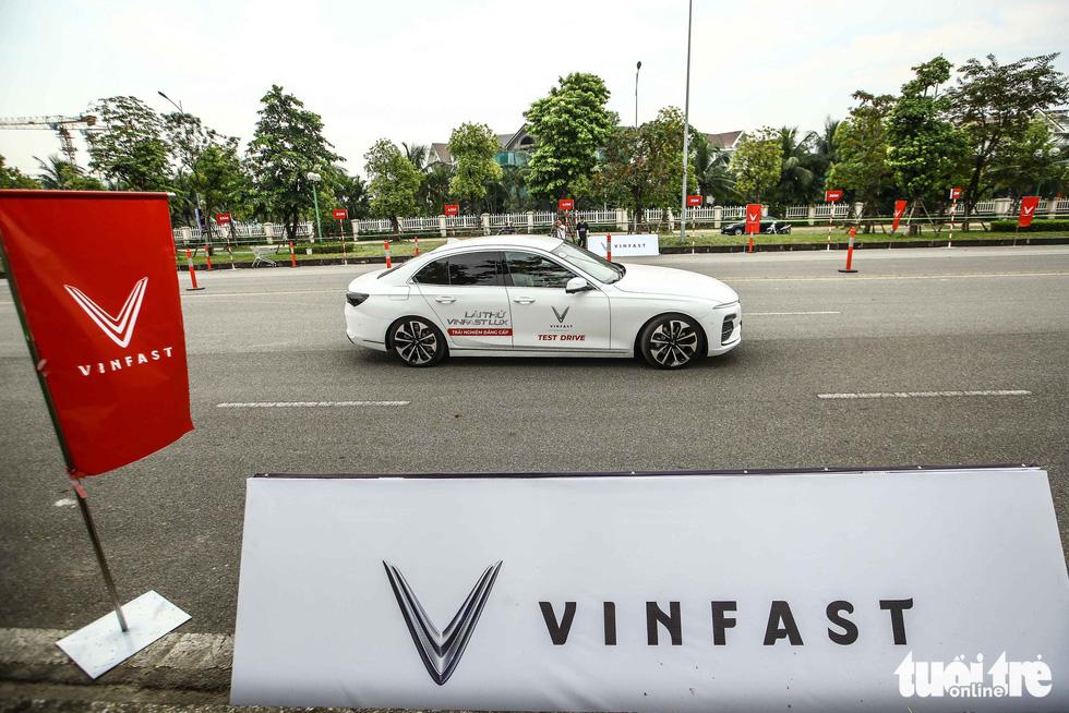 Người dân Hà Nội lái thử 'xế sang' VinFast Lux - Ảnh 3.
