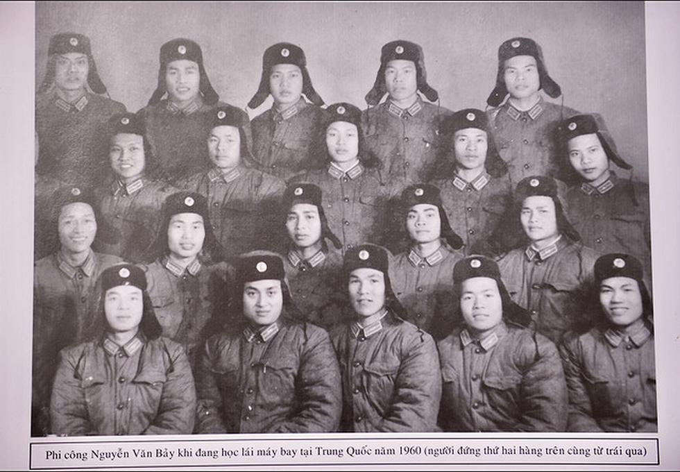 Người dân tiễn đưa phi công huyền thoại Nguyễn Văn Bảy - Ảnh 4.