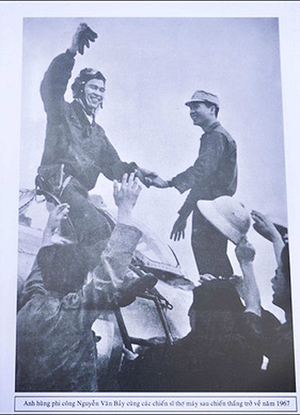 Người dân tiễn đưa phi công huyền thoại Nguyễn Văn Bảy - Ảnh 6.