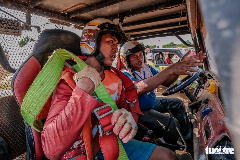 Thót tim đua xe ô tô địa hình ở Đồng Mô, Hà Nội - Ảnh 4.