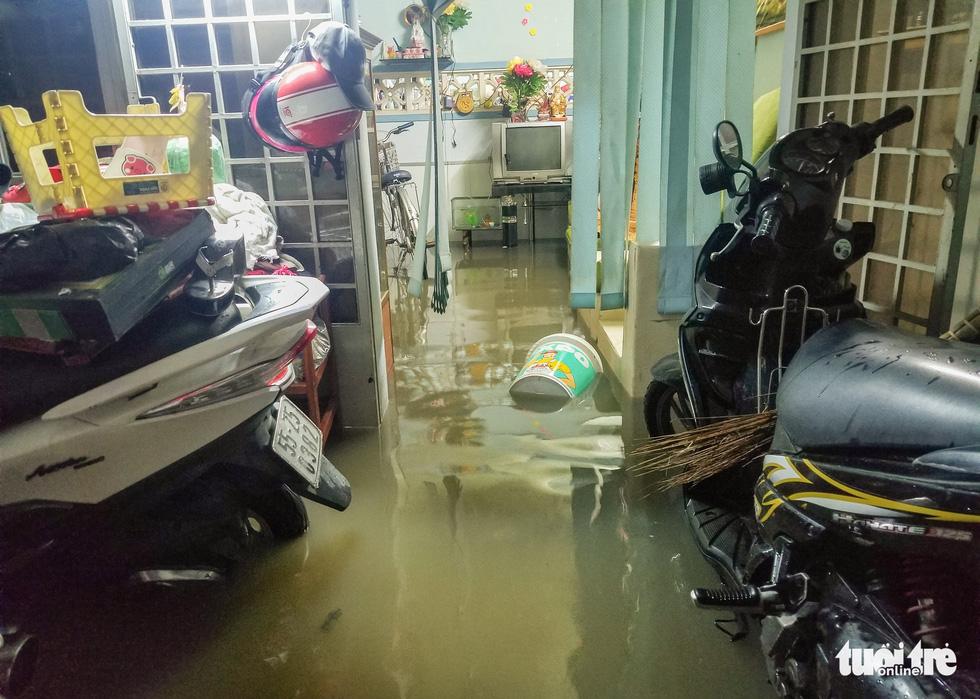 Vỡ bờ bao tại quận 8, hàng trăm hộ dân ngập chìm trong nước - Ảnh 3.