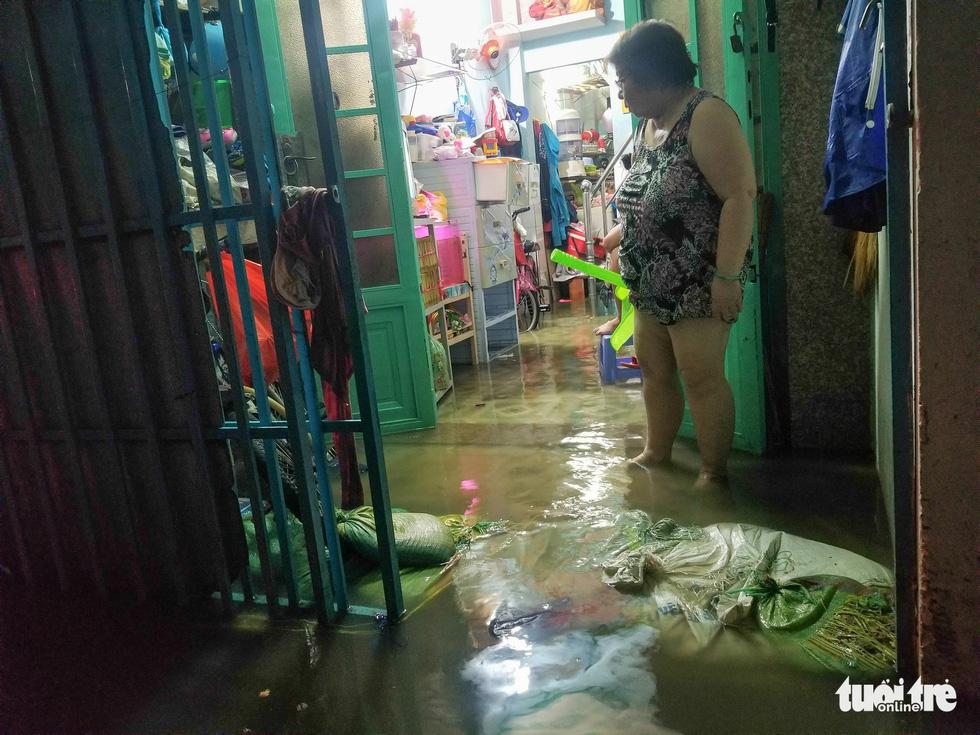 Vỡ bờ bao tại quận 8, hàng trăm hộ dân ngập chìm trong nước - Ảnh 7.