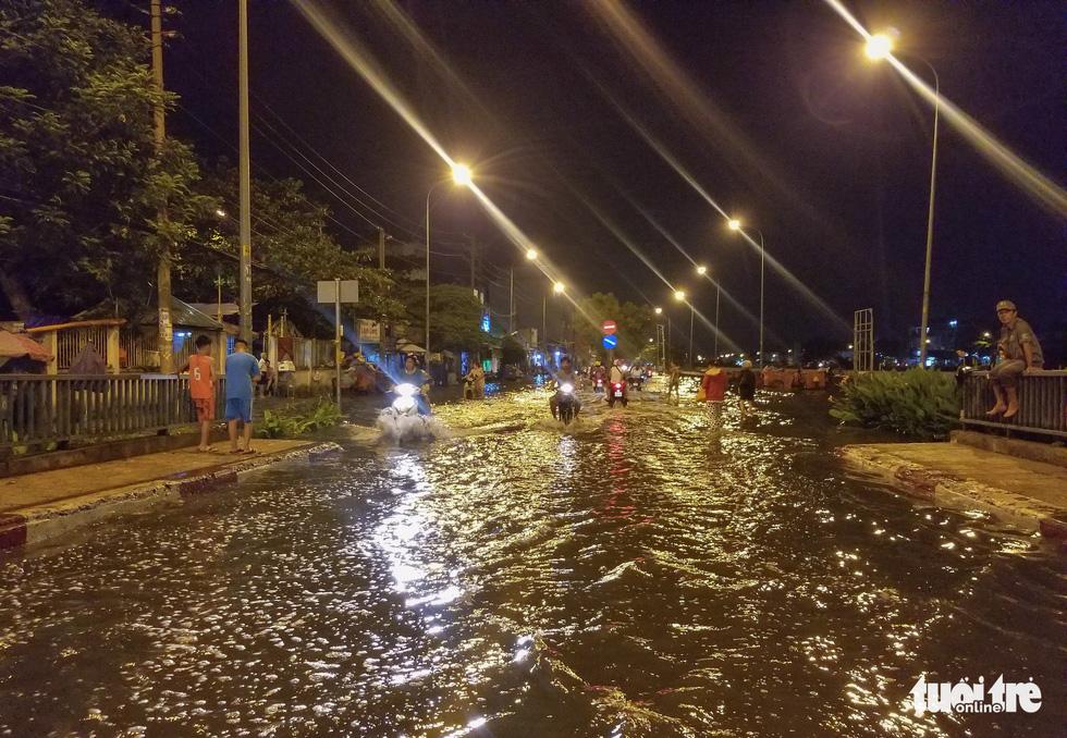 Vỡ bờ bao tại quận 8, hàng trăm hộ dân ngập chìm trong nước - Ảnh 1.