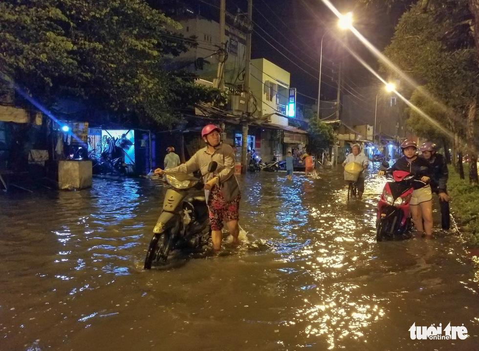 Vỡ bờ bao tại quận 8, hàng trăm hộ dân ngập chìm trong nước - Ảnh 6.