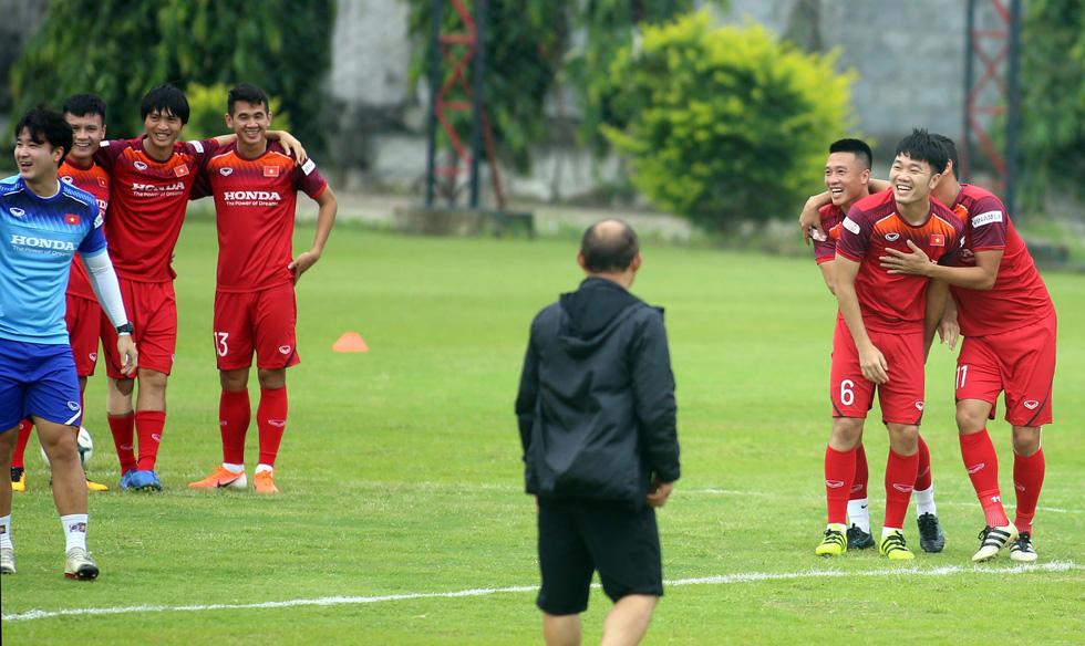 Tuyển Việt Nam cực kỳ vui vẻ trên sân tập chờ đấu Thái Lan - Ảnh 4.
