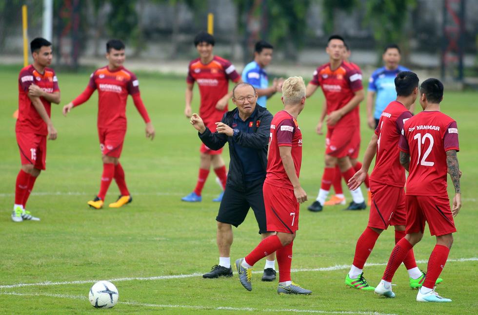 Tuyển Việt Nam cực kỳ vui vẻ trên sân tập chờ đấu Thái Lan - Ảnh 2.