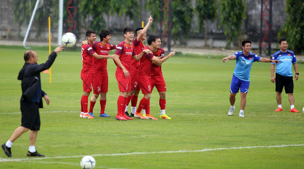 Tuyển Việt Nam cực kỳ vui vẻ trên sân tập chờ đấu Thái Lan - Ảnh 3.