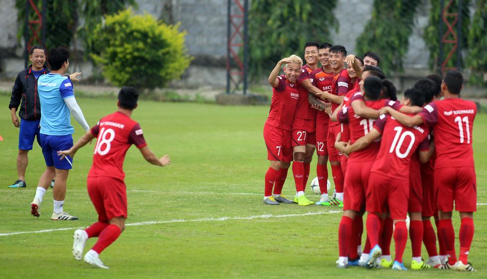 Tuyển Việt Nam cực kỳ vui vẻ trên sân tập chờ đấu Thái Lan - Ảnh 5.