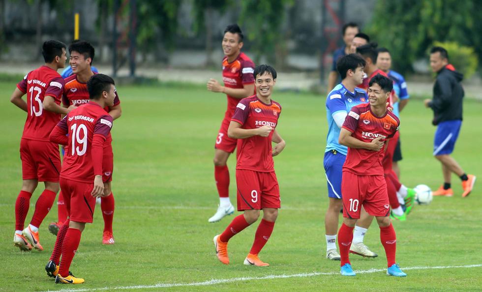 Tuyển Việt Nam cực kỳ vui vẻ trên sân tập chờ đấu Thái Lan - Ảnh 7.