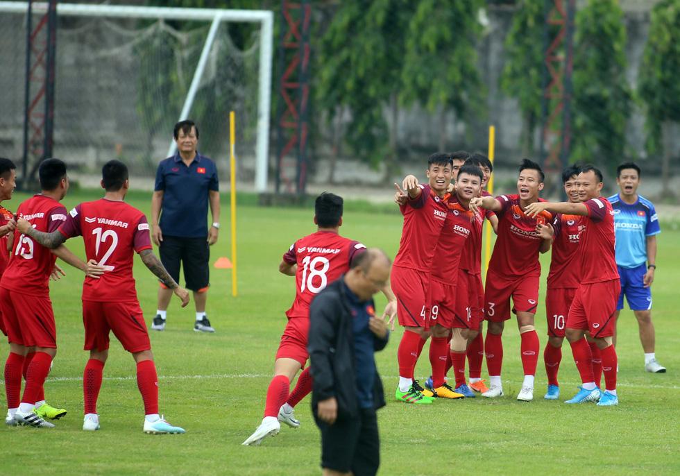 Tuyển Việt Nam cực kỳ vui vẻ trên sân tập chờ đấu Thái Lan - Ảnh 6.