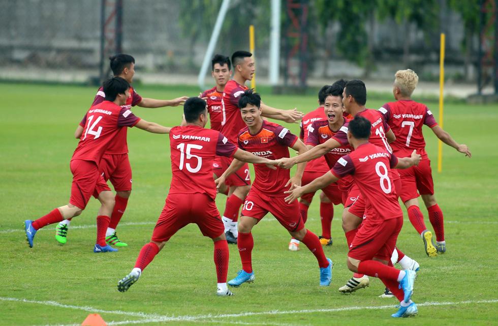 Tuyển Việt Nam cực kỳ vui vẻ trên sân tập chờ đấu Thái Lan - Ảnh 1.