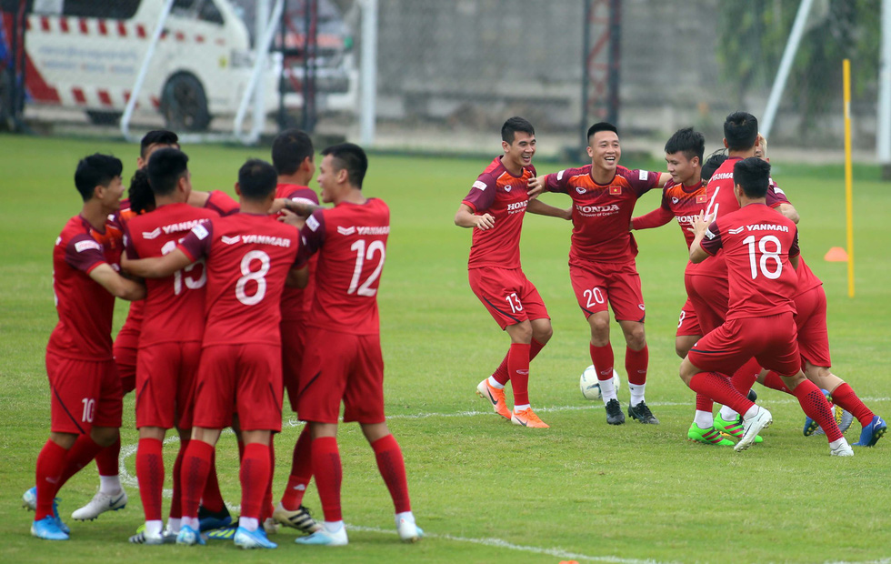 Tuyển Việt Nam cực kỳ vui vẻ trên sân tập chờ đấu Thái Lan - Ảnh 8.
