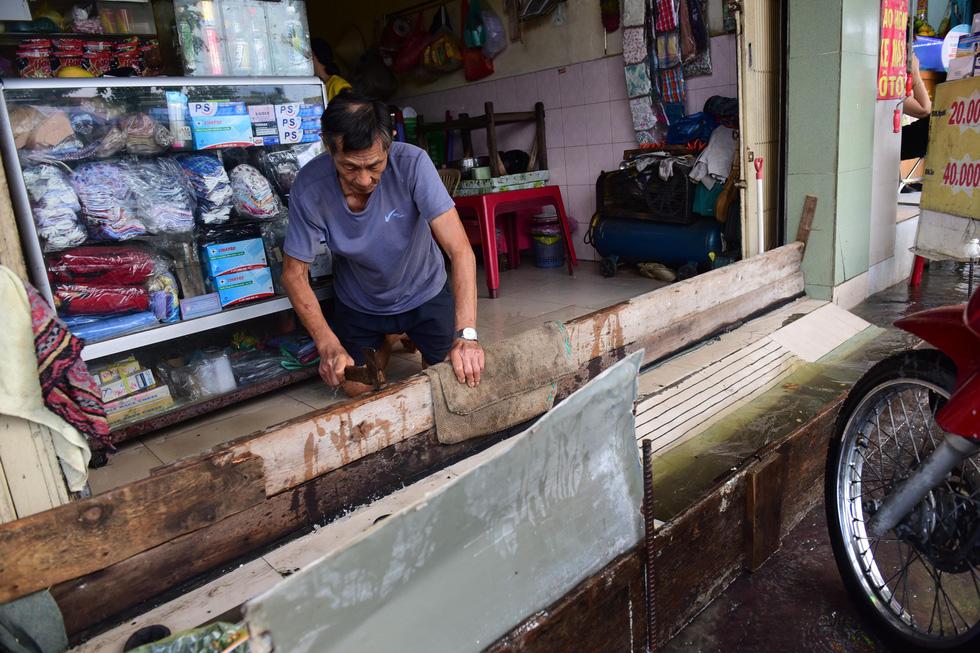 Triều cường kỷ lục, nước sông nước cống bủa vây nhiều tuyến đường TP.HCM - Ảnh 14.