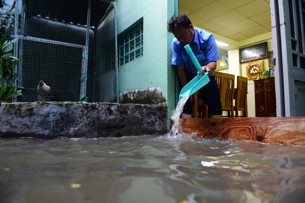 Triều cường kỷ lục, nước sông nước cống bủa vây nhiều tuyến đường TP.HCM - Ảnh 5.