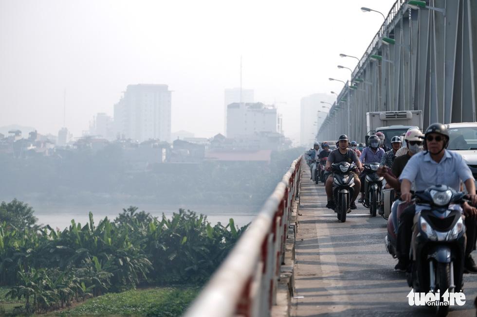 Hà Nội mịt mù sáng đầu tuần, cảnh báo ô nhiễm không khí mức nguy hại - Ảnh 7.