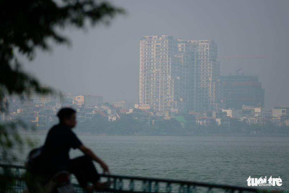Hà Nội mịt mù sáng đầu tuần, cảnh báo ô nhiễm không khí mức nguy hại - Ảnh 5.