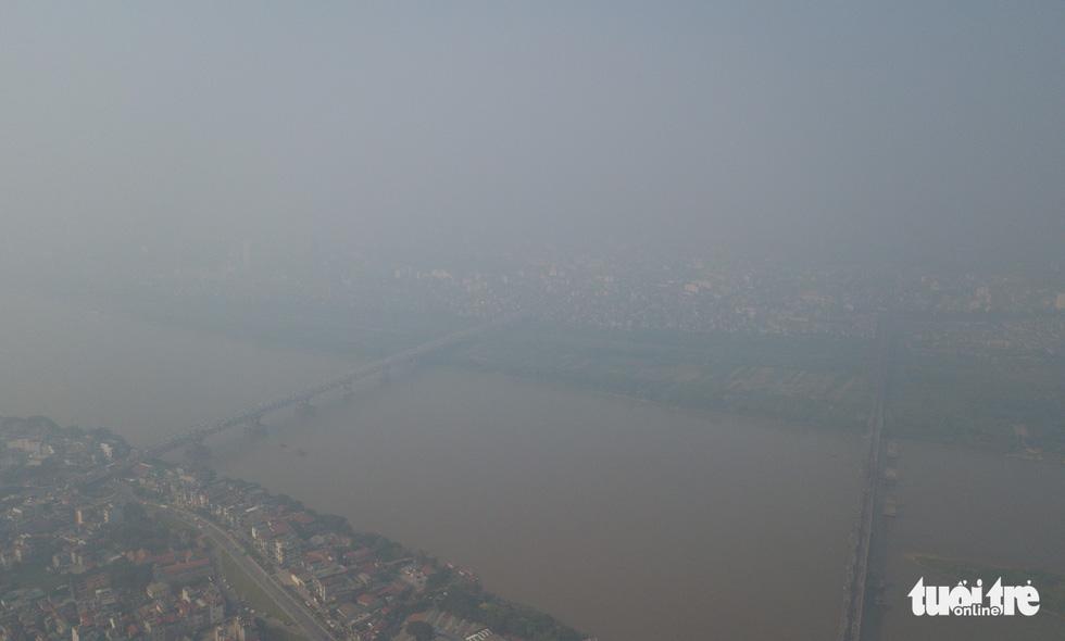 Hà Nội mịt mù sáng đầu tuần, cảnh báo ô nhiễm không khí mức nguy hại - Ảnh 2.