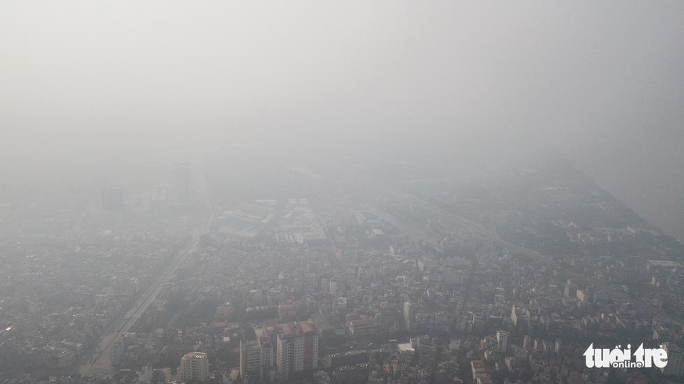 Hà Nội mịt mù sáng đầu tuần, cảnh báo ô nhiễm không khí mức nguy hại - Ảnh 4.