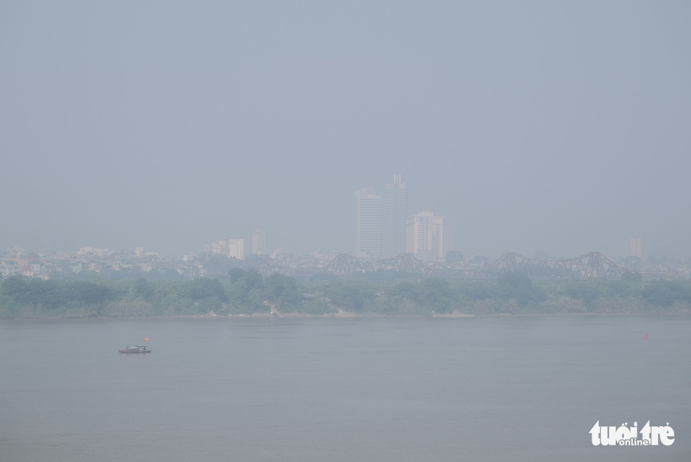 Hà Nội mịt mù sáng đầu tuần, cảnh báo ô nhiễm không khí mức nguy hại - Ảnh 6.