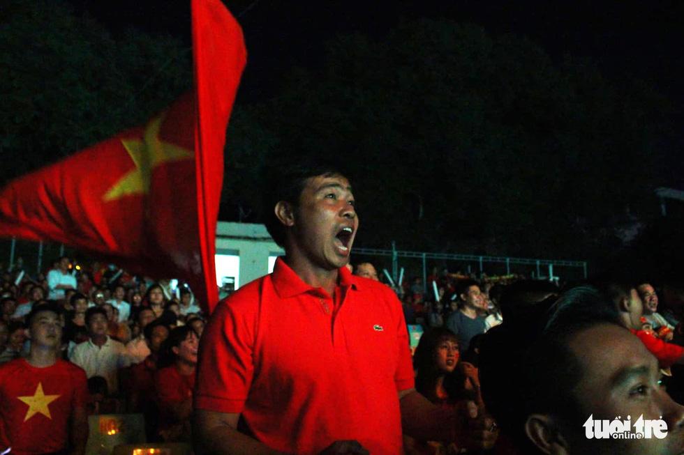 Cổ động viên tiếp lửa tuyển Việt Nam từ quê nhà - Ảnh 7.
