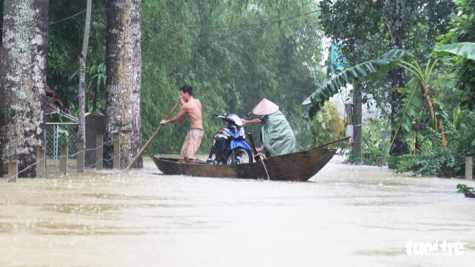 Dân vùng lũ Hà Tĩnh co ro chờ nước rút từng giờ - Ảnh 7.