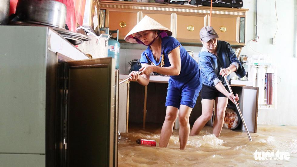 Trường ngập nặng, thầy cô dồn lực dọn dẹp đón học sinh - Ảnh 1.