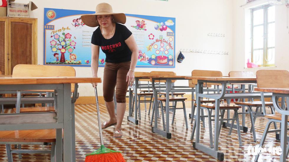 Trường ngập nặng, thầy cô dồn lực dọn dẹp đón học sinh - Ảnh 10.