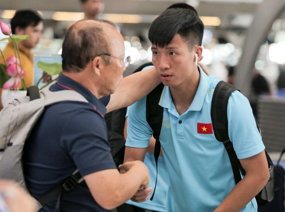Vừa về nước, các tuyển thủ Việt Nam lại bận rộn với lịch trình mới - Ảnh 3.