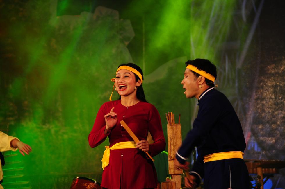 Hội An trở về quá khứ trong đêm trình diễn nhạc cụ dân tộc và xe cổ - Ảnh 3.