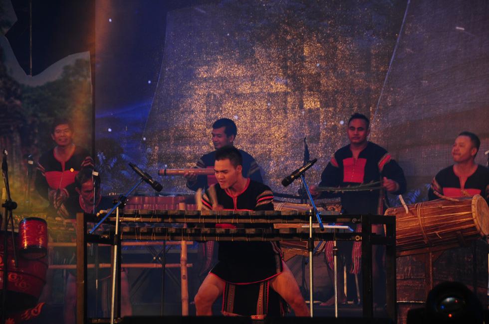 Hội An trở về quá khứ trong đêm trình diễn nhạc cụ dân tộc và xe cổ - Ảnh 4.