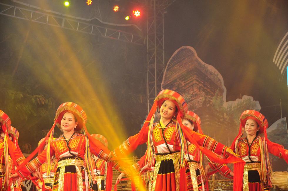 Hội An trở về quá khứ trong đêm trình diễn nhạc cụ dân tộc và xe cổ - Ảnh 5.