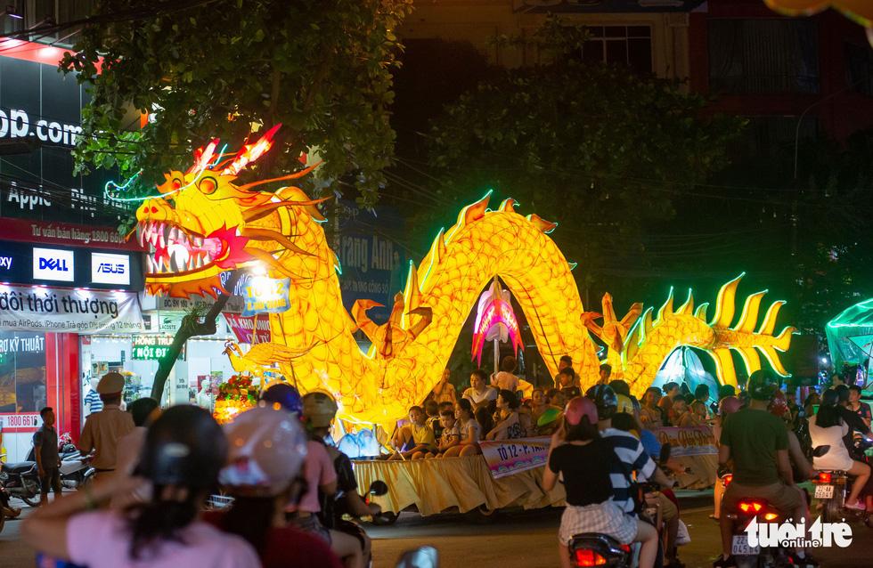 Đèn trung thu siêu to khổng lồ tràn ngập đường phố Tuyên Quang - Ảnh 1.