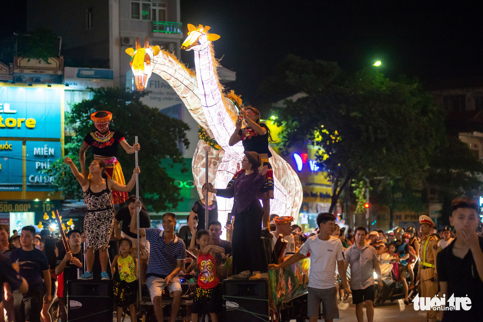 Đèn trung thu siêu to khổng lồ tràn ngập đường phố Tuyên Quang - Ảnh 7.
