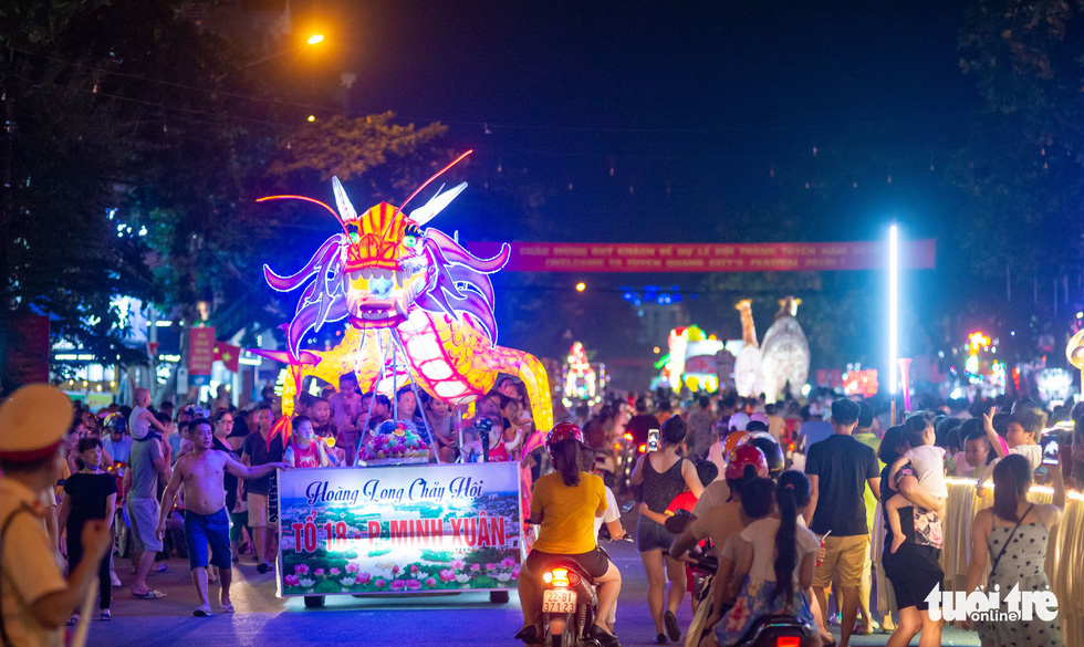 Đèn trung thu siêu to khổng lồ tràn ngập đường phố Tuyên Quang - Ảnh 10.
