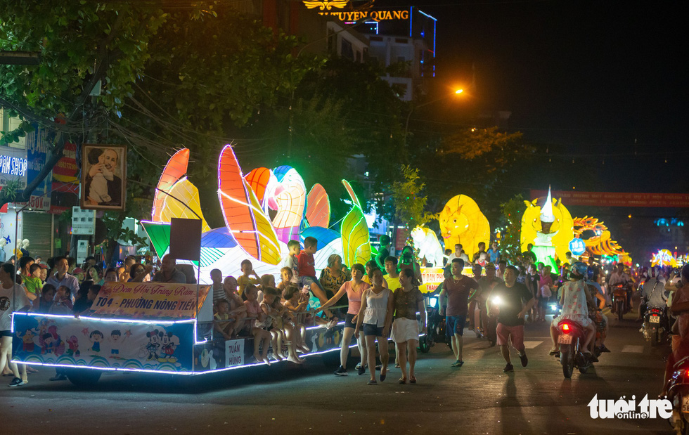 Đèn trung thu siêu to khổng lồ tràn ngập đường phố Tuyên Quang - Ảnh 3.