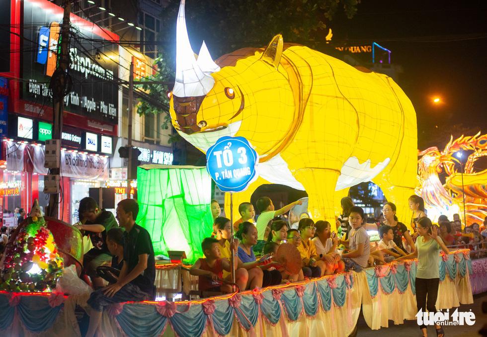 Đèn trung thu siêu to khổng lồ tràn ngập đường phố Tuyên Quang - Ảnh 5.