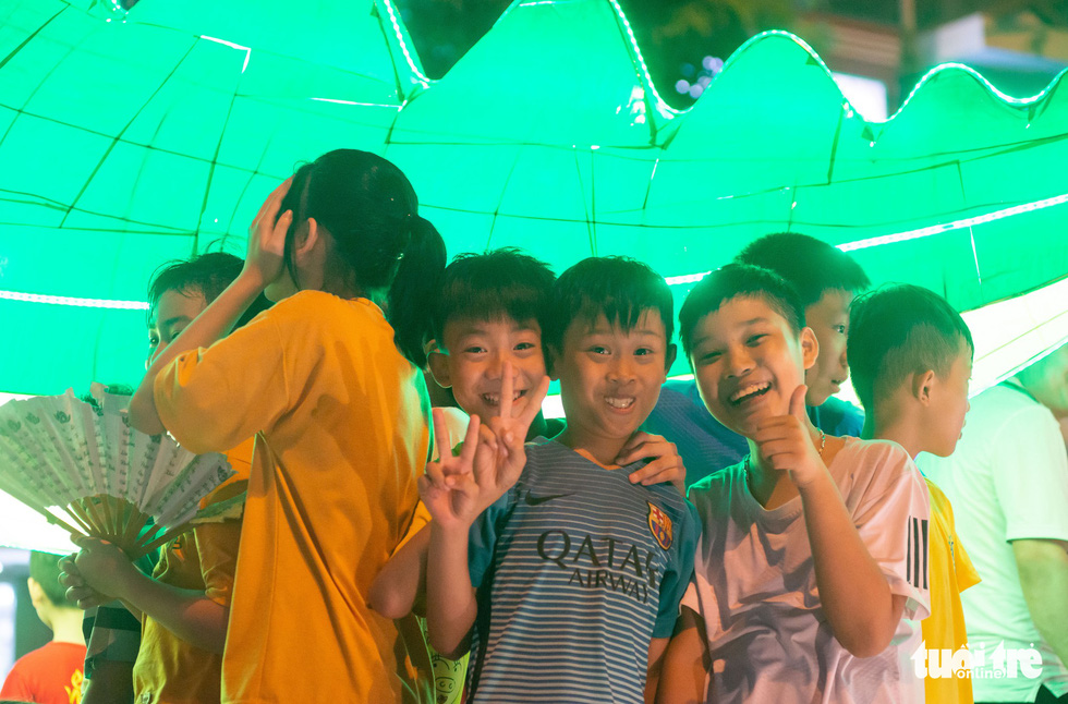 Đèn trung thu siêu to khổng lồ tràn ngập đường phố Tuyên Quang - Ảnh 6.