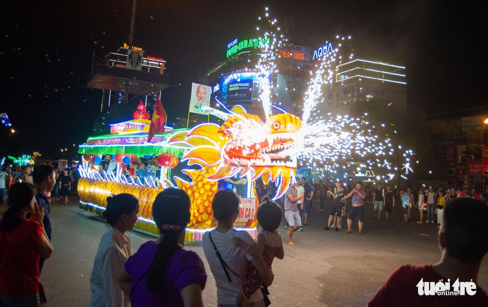 Đèn trung thu siêu to khổng lồ tràn ngập đường phố Tuyên Quang - Ảnh 4.
