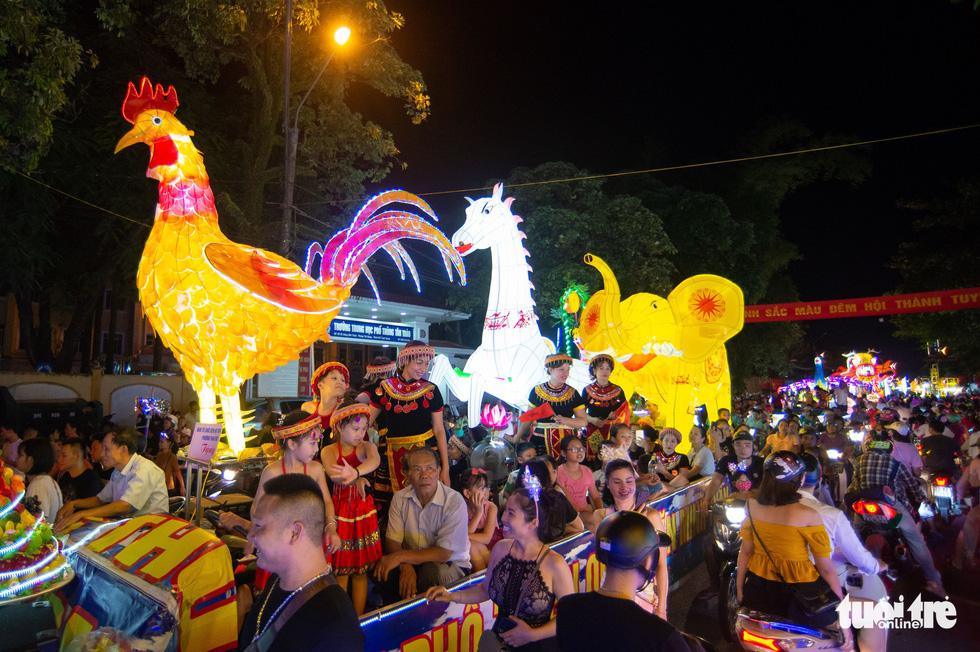 Đèn trung thu siêu to khổng lồ tràn ngập đường phố Tuyên Quang - Ảnh 8.