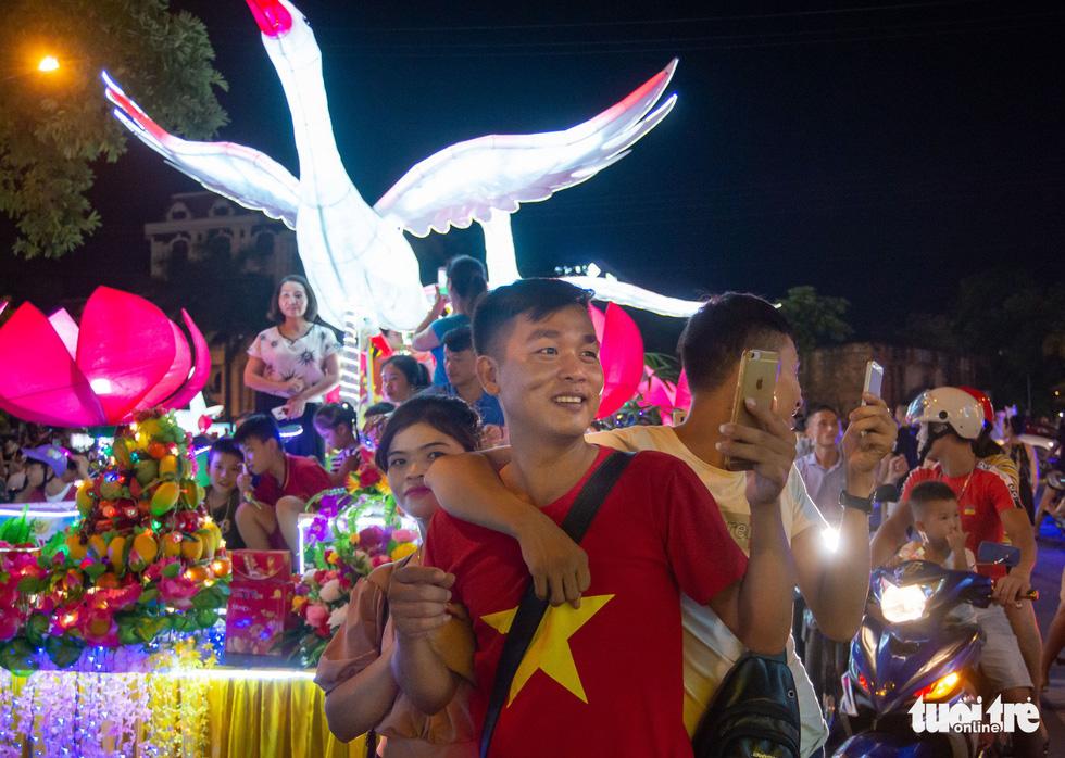 Đèn trung thu siêu to khổng lồ tràn ngập đường phố Tuyên Quang - Ảnh 9.