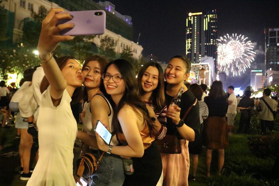 Người dân đổ ra đường xem pháo hoa, chào đón năm mới 2020 - Ảnh 3.