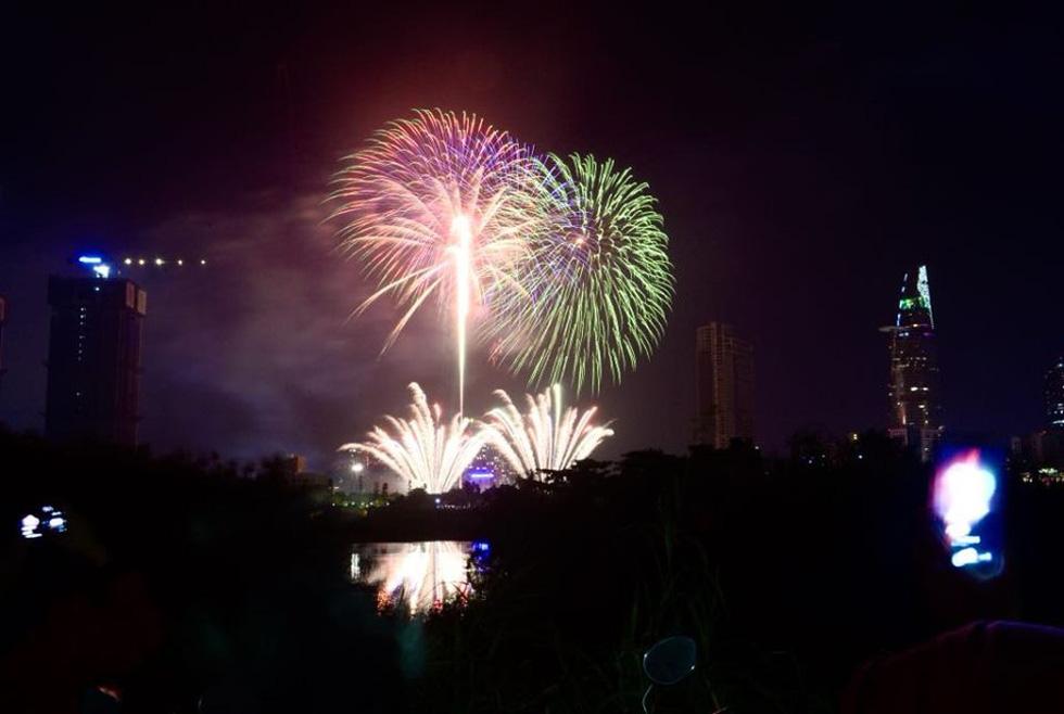 Người dân đổ ra đường xem pháo hoa, chào đón năm mới 2020 - Ảnh 6.