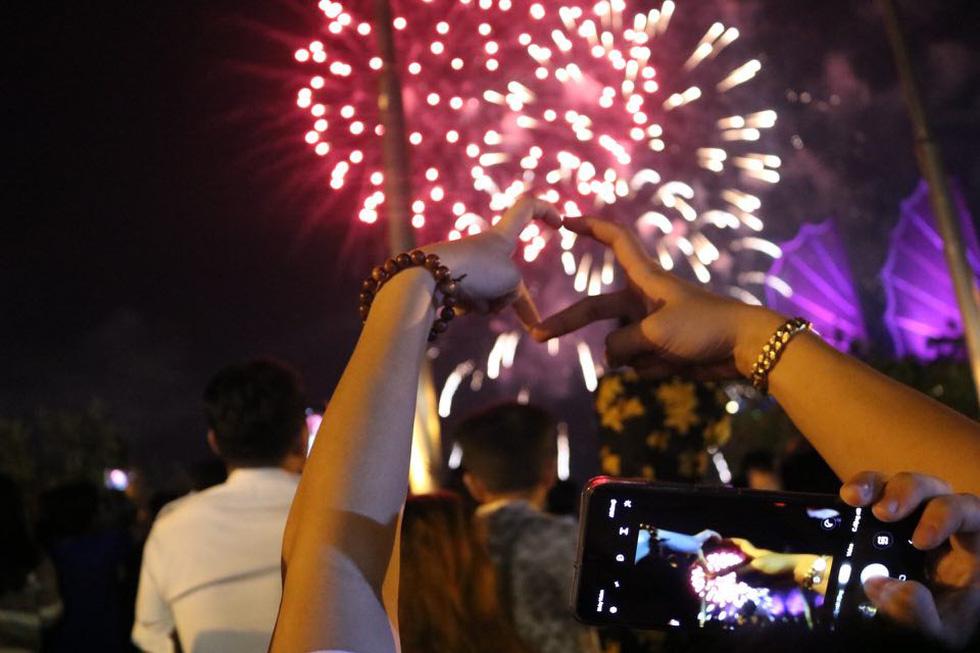 Người dân đổ ra đường xem pháo hoa, chào đón năm mới 2020 - Ảnh 12.