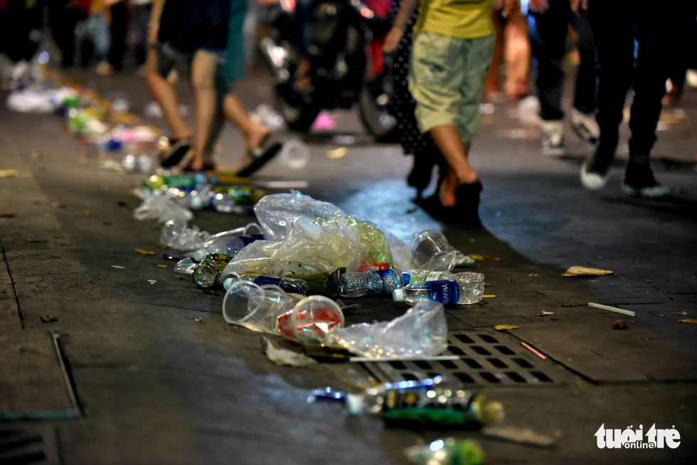 Phố đi bộ Nguyễn Huệ vẫn tràn ngập rác thải sau giao thừa - Ảnh 5.
