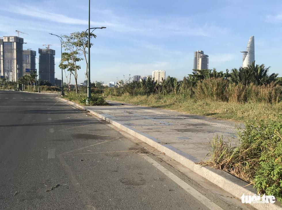 Phố đi bộ Nguyễn Huệ vẫn tràn ngập rác thải sau giao thừa - Ảnh 2.